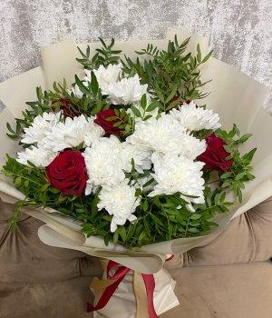 Микс из красных роз и хризантем #2137