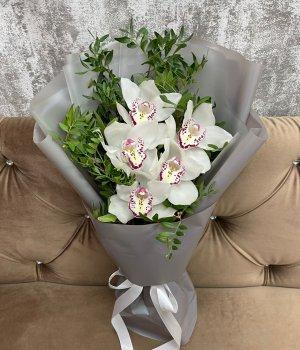 Букет  из 5 орхидей и зелени #2932